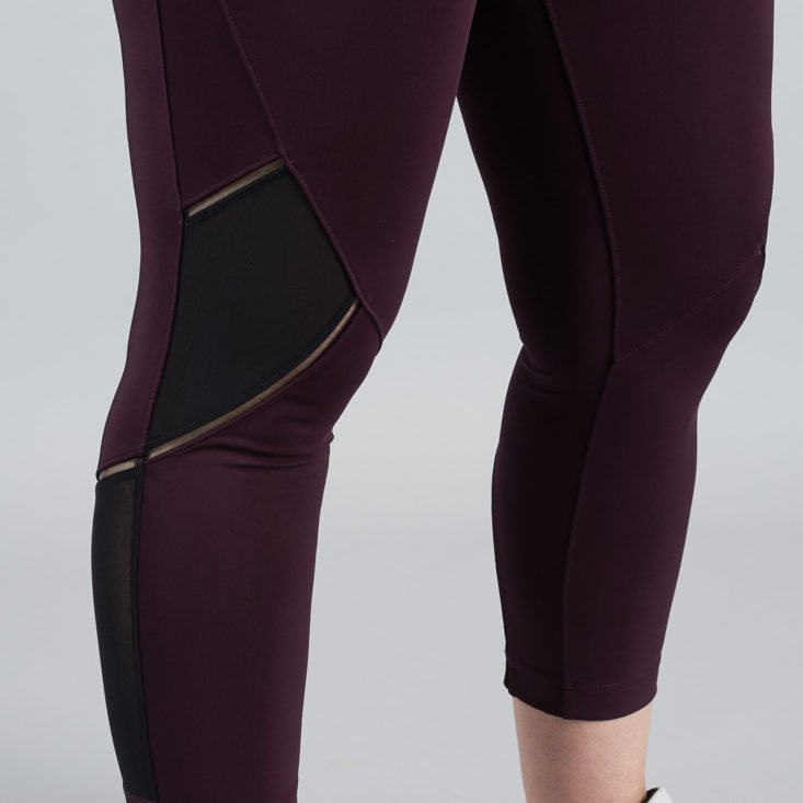 knee details of cropped leggings on a woman